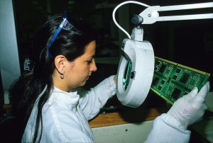 A factory worker inspects a microchip at the Intel plant in San José. The computer chip manufacturer recently announced it was laying off 1,500 of its 2,500 Costa Rican workers amidst a companywide restructuring. (Larry Luxner)
