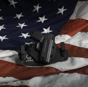 Gun in holster with flag By Alien Gear Holster - http://aliengearholsters.com, CC BY-SA 4.0, https://commons.wikimedia.org/w/index.php?curid=38582002
