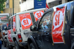 A convoy of pro-Chávez vehicles honks its way through Caracas traffic. (Larry Luxner)